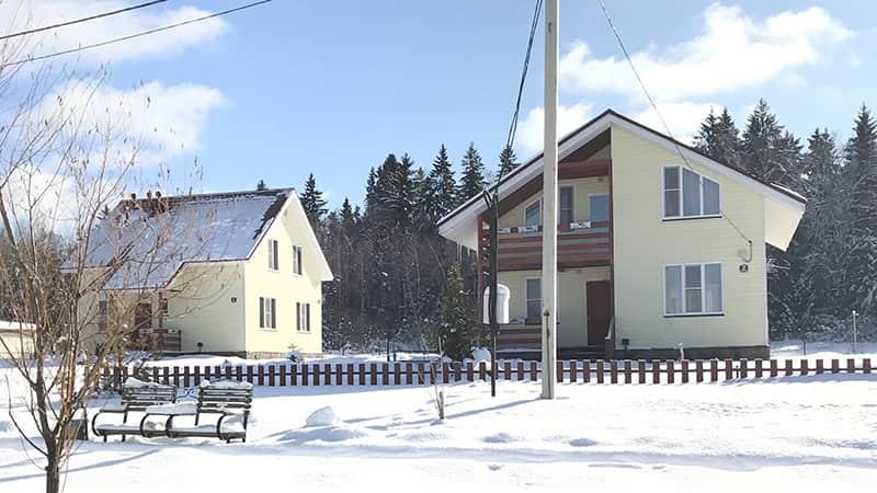 Двухэтажные коттеджи с балконом