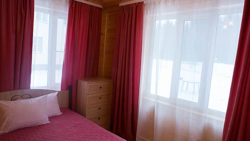 Большой коттедж с балконом. Спальня